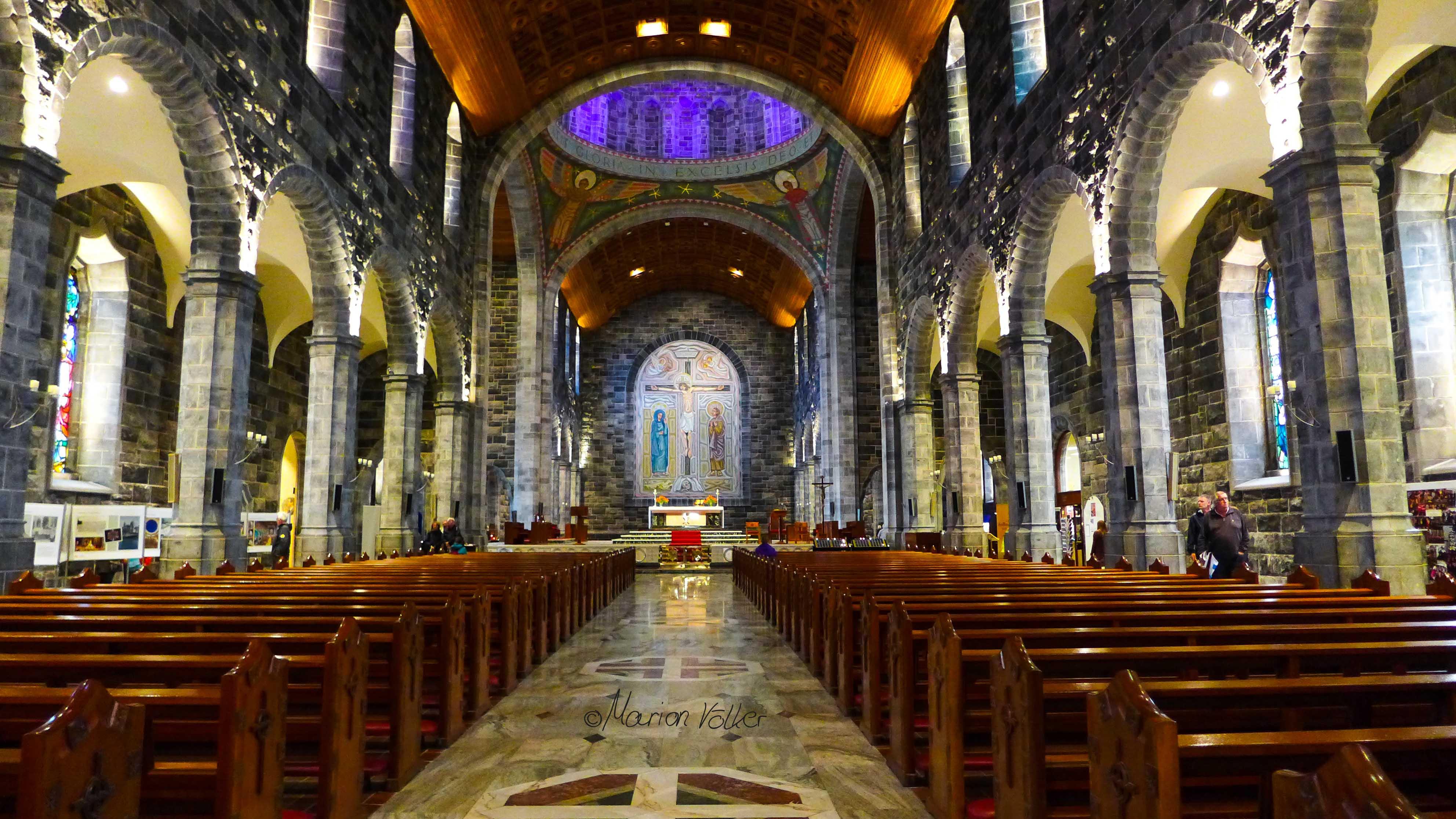 Die Galway Cathedral sieht besonders toll aus, wenn die SOnne durch die bunten Fenster scheint