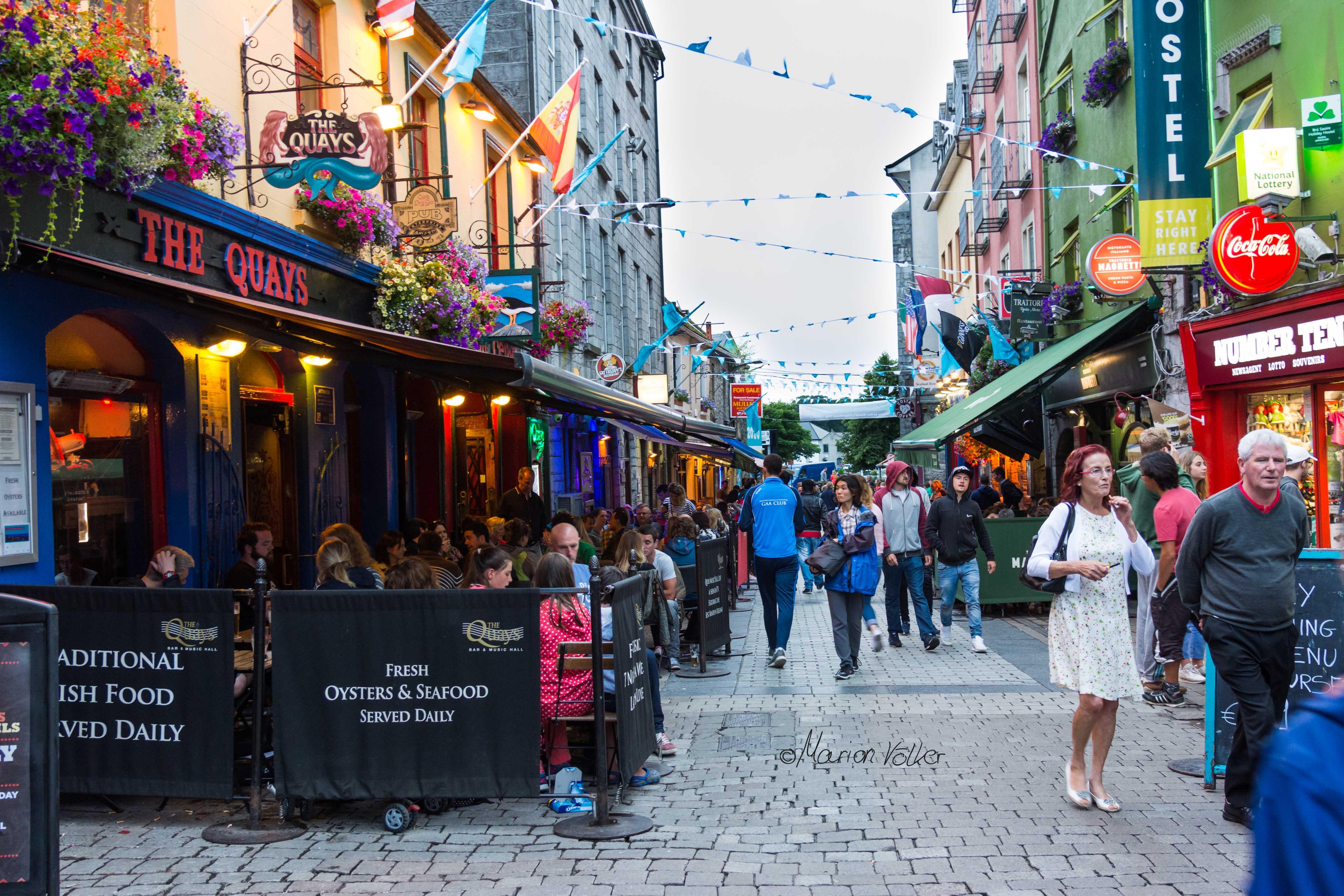 """""""Sráid Thobar an Iarla"""" - in der Restaurantstraße in Galway findet jeder was er sucht"""
