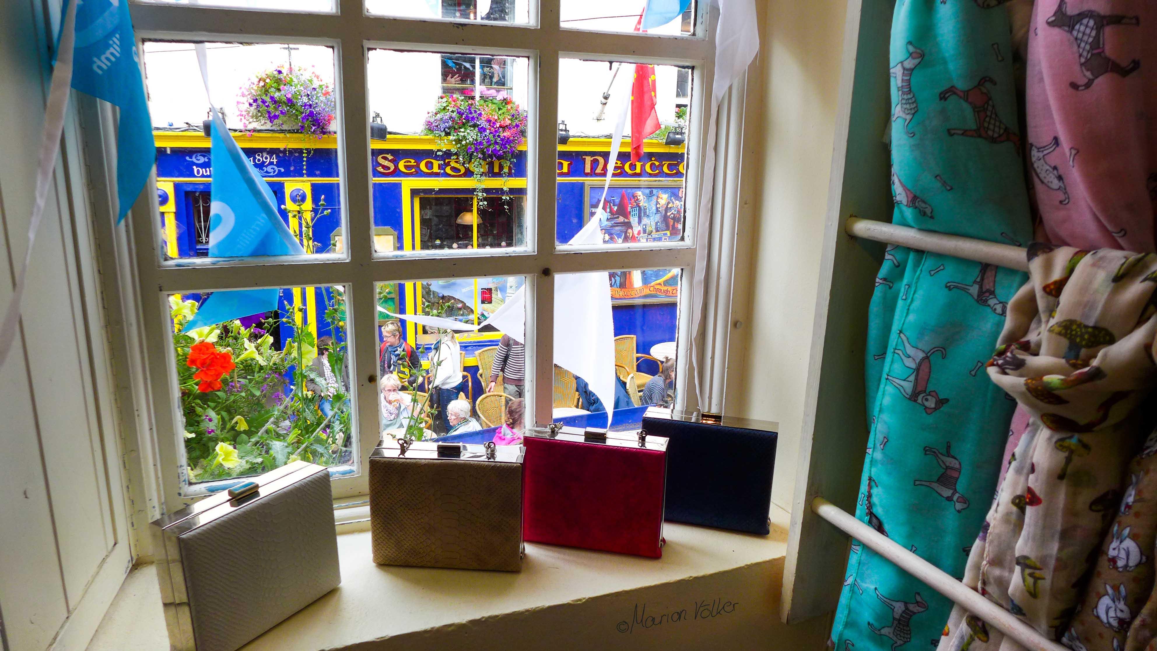 """Blick aus einem kleinen Laden auf die Restaurantstraße """"Sráid Thobar an Iarla"""" in Galway"""