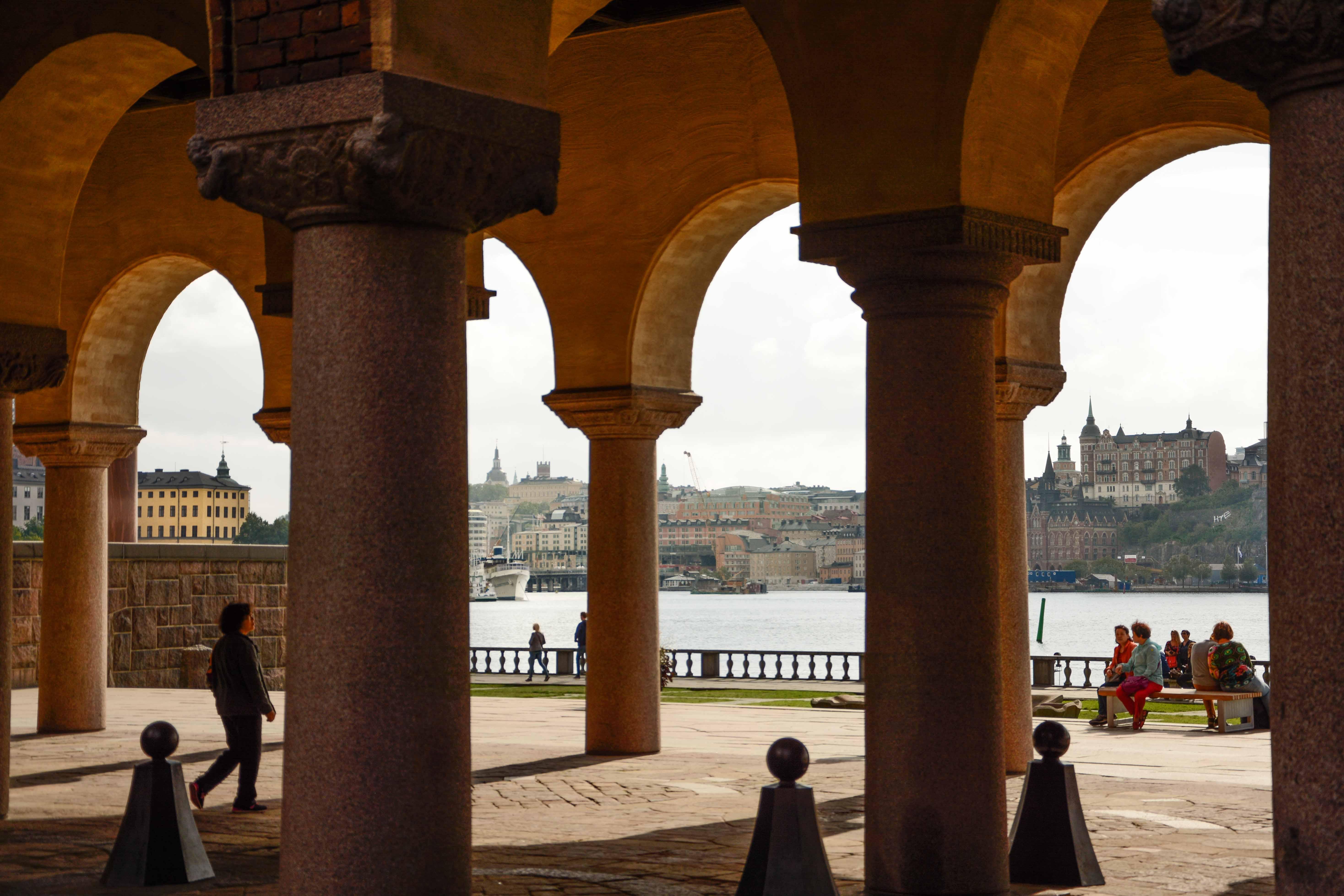 Zwischen den Säulen des Rathauses: Blick auf die Insel Södermalm in Stockholm