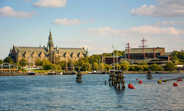 Die drei Masten der Vasa ragen aus dem Museum in Stockholm