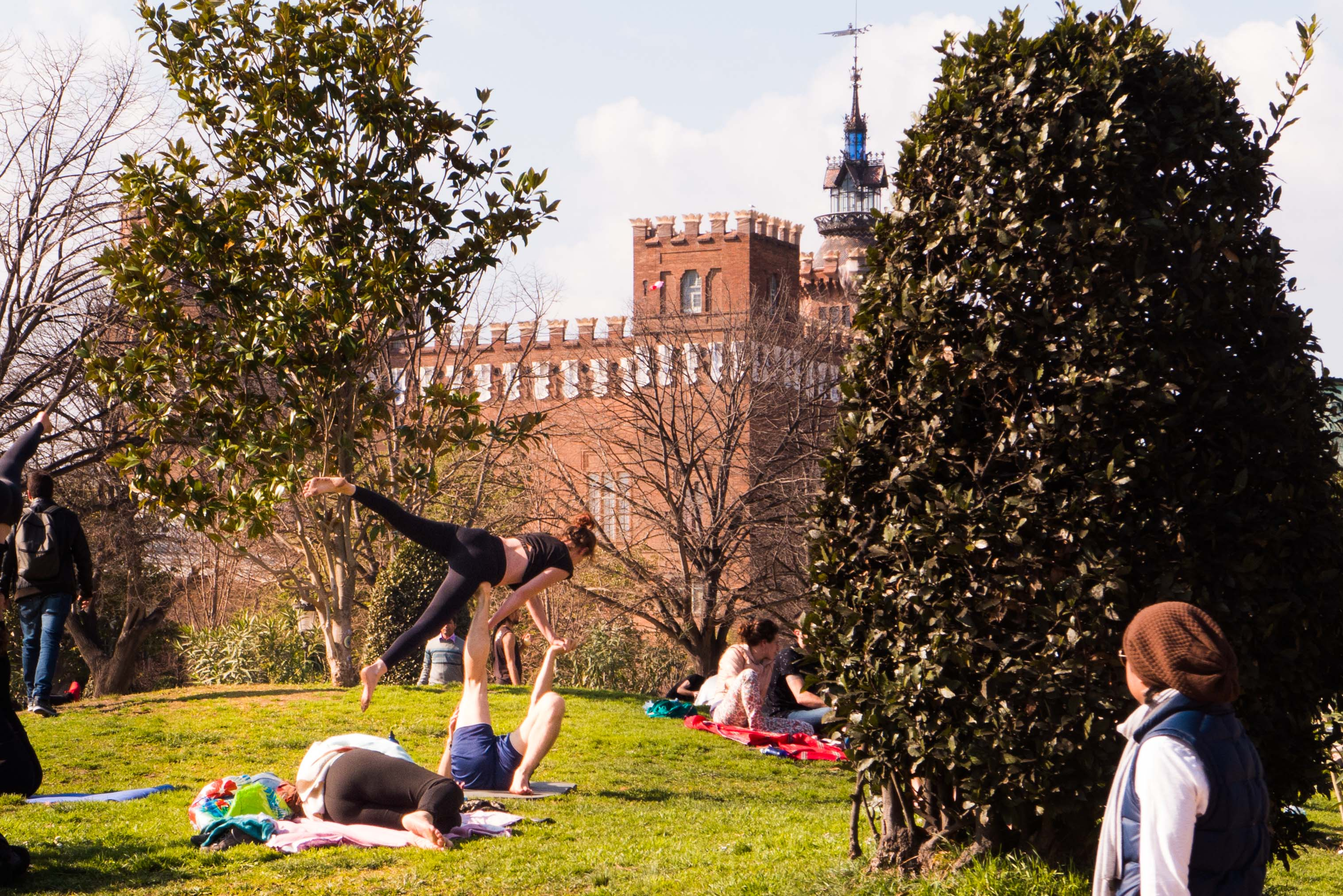 Der Parc de la Ciutadella in Barcelona ist an schönen Tagen ein Treffpunkt für die EInheimischen