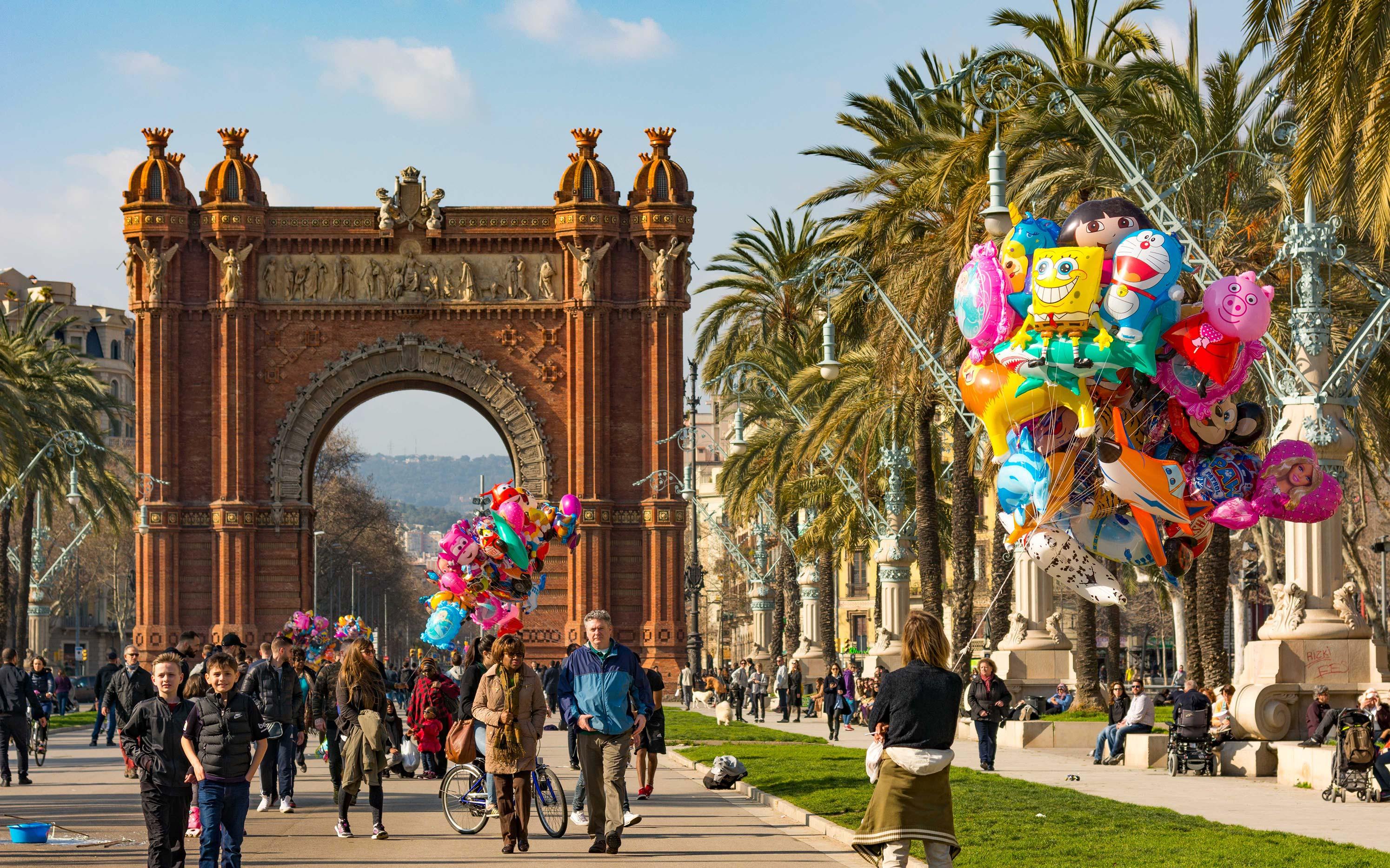 Arc de Triumf in Barcelona - unter den Palmen kommt auch im Februar schon Sommerfeeling auf