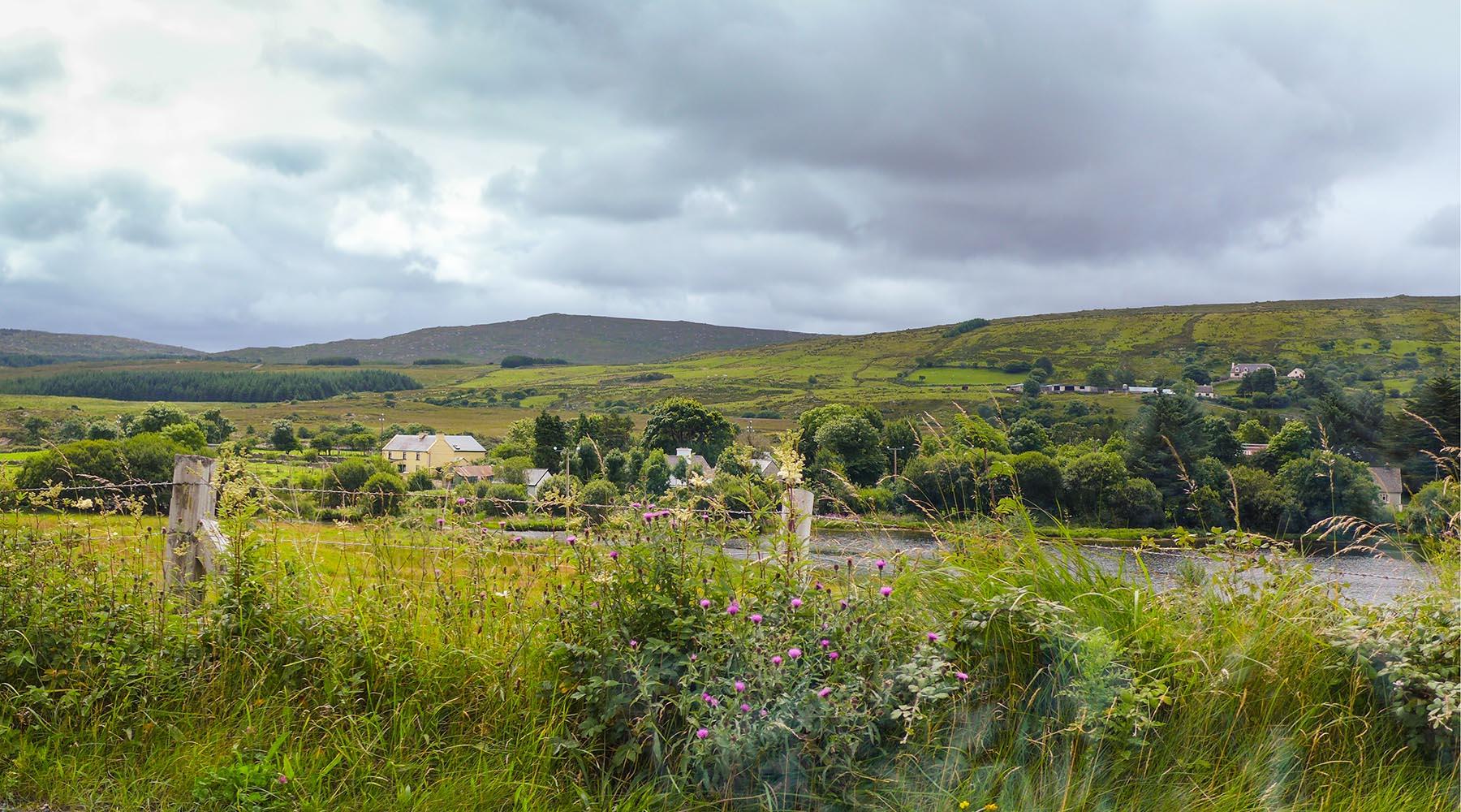 Die Irische Landschaft leuchtet richti