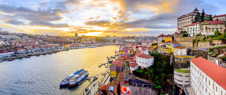 Im Sonnenuntergang leuchtet Porto golden